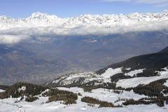 Vista aerea della città italiana nordica di Aosta e del ` circondante Aosta di Valle d dalla stazione sciistica di Pila Immagini Stock Libere da Diritti