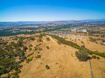 Vista aerea della città Killara e della campagna osservata dall'allerta di Huon Hill il giorno soleggiato luminoso Fotografia Stock