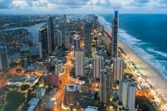 Vista aerea della città moderna alla notte fotografie stock libere da diritti