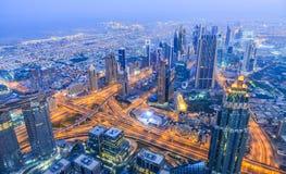 Vista aerea della citt? del Dubai alla notte fotografie stock libere da diritti