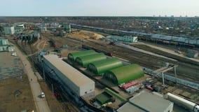 Vista aerea della citt? La costruzione della stazione ferroviaria Deposito di treno con i treni archivi video