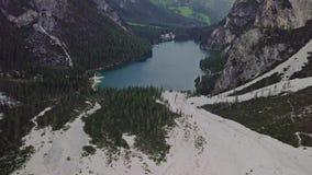 Vista aerea della colata di fango con neve alta nelle montagne alpine archivi video