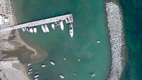 Vista aerea della costa con il piccolo porto in Nea Fokea, Halkidiki Grecia video d archivio