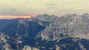 Vista aerea della cresta della montagna all'alba Fotografie Stock