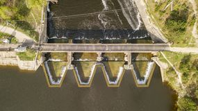 Vista aerea della diga con la strada sul fiume fotografia stock