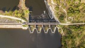 Vista aerea della diga con la strada sul fiume immagini stock