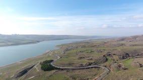 Vista aerea della diga del sazlidere che è sull'itinerario del progetto del kanalistanbul archivi video