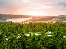 Vista aerea della diga di Lipno dal passaggio pedonale della cima d'albero, Lipno nad Vltavou, parco nazionale di Sumava, Boemia  Fotografia Stock