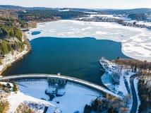 Vista aerea della diga parzialmente congelata di Brucher vicino a Marienheide nell'inverno Fotografie Stock Libere da Diritti