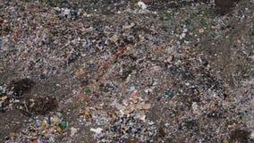 Vista aerea della discarica enorme della città al tramonto Gli uccelli sorvolano i mucchi di rifiuti stock footage