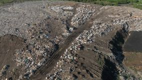 Vista aerea della discarica enorme della città al tramonto Gli uccelli sorvolano i mucchi di rifiuti archivi video