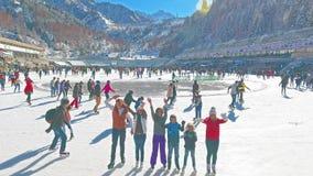 Vista aerea della famiglia di pattinaggio su ghiaccio all'aperto, pista di pattinaggio sul ghiaccio Medeo stock footage