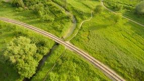 Vista aerea della ferrovia del villaggio che attraversa il ponte Percorso Immagini Stock Libere da Diritti