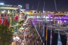 Vista aerea della folla della gente in Darling Harbour alla notte fotografia stock