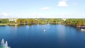 Vista aerea della fontana del lago Eola a Orlando del centro, Florida stock footage