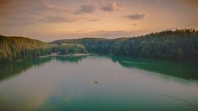 Vista aerea della foresta durante il tramonto di estate fotografia stock
