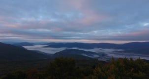 Vista aerea della foresta della montagna di autunno in nebbia archivi video