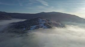 Vista aerea della foresta nebbiosa nel paesaggio di inverno video d archivio