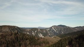 Vista aerea della foresta pirenaica in Occitanie, Francia video d archivio