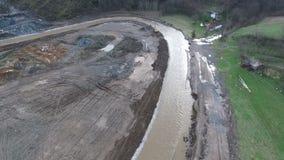 Vista aerea della frana di danni delle alluvioni sul cantiere della strada principale E-763 serbia video d archivio