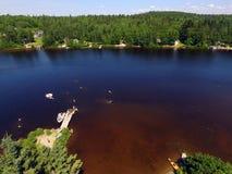 Vista aerea della gente che nuota nel piccolo lago Immagine Stock Libera da Diritti