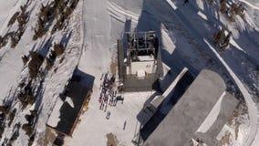 Vista aerea della gente sopra una montagna video d archivio
