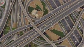 Vista aerea della giunzione di traffico con le automobili nel Dubai, UAE video d archivio