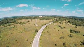 Vista aerea della guida bianca dell'automobile di vecchio stile sulla natura della depressione della strada video d archivio