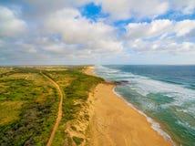 Vista aerea della linea costiera australiana dell'oceano e della campagna al tramonto Fotografia Stock Libera da Diritti