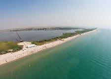 Vista aerea della linea costiera con una spiaggia e del mare con il ponte metallico fotografie stock libere da diritti
