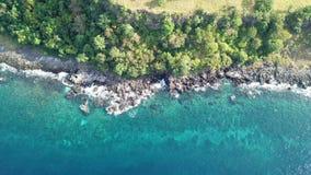 Vista aerea della linea costiera dell'isola vulcanica stock footage