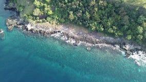 Vista aerea della linea costiera dell'isola vulcanica video d archivio
