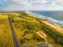 Vista aerea della linea costiera dell'oceano e della strada principale rurale diritta in Australia Immagini Stock Libere da Diritti