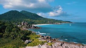 Vista aerea della linea costiera di stupore dell'isola Seychelles di Digue della La Spiagge tropicali di paradiso, yacht bianchi, stock footage