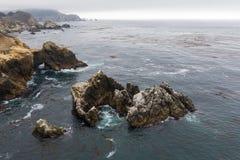 Vista aerea della linea costiera e dell'oceano irregolari in California immagini stock libere da diritti