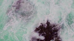 Vista aerea della linea costiera rocciosa con le onde di schianto archivi video