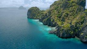 Vista aerea della linea costiera della scogliera dell'isola di Entalula, EL-Nido Palawan, Filippine archivi video