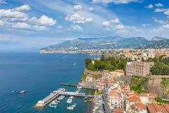 Vista aerea della linea costiera Sorrento e del golfo di Napoli, Italia Fotografie Stock