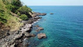 Vista aerea della linea costiera vulcanica dell'isola in Indonesia archivi video