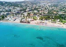 Vista aerea della località di soggiorno e della spiaggia di Varkiza Fotografia Stock