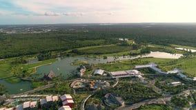 Vista aerea della località di soggiorno tropicale caraibica di Bavaro del campo da golf repubblica domenicana di punta di cana stock footage
