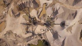 Vista aerea della macchina di pietra schiacciata della cava stock footage