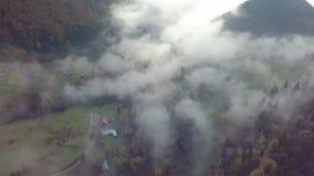Vista aerea della mattina nebbiosa nel paese rurale di autunno ad alba archivi video