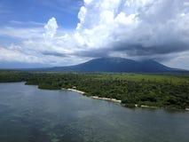 Vista aerea della montagna di Baluran dalla spiaggia immagini stock libere da diritti