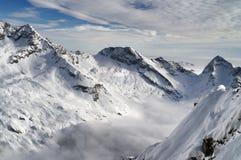 Vista aerea della montagna innevata delle alpi nell'inverno Fotografia Stock Libera da Diritti