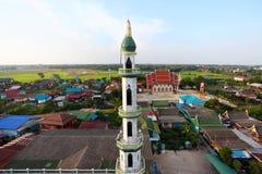 Vista aerea della moschea fra zona residenziale Immagini Stock Libere da Diritti