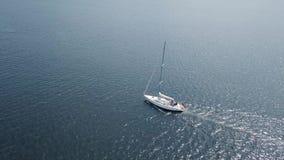Vista aerea della navigazione dell'yacht nel mare video d archivio