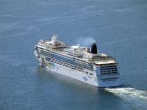 Vista aerea della navigazione norvegese della nave del gioiello di crociera a partire dal por Fotografia Stock