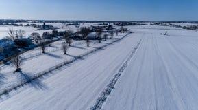 Vista aerea della neve di mattina sopra la campagna di Amish immagine stock libera da diritti