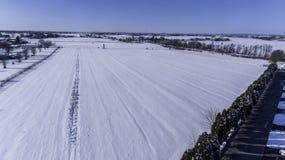 Vista aerea della neve di mattina sopra la campagna di Amish fotografia stock